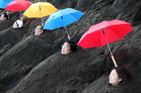 Интересный факт. Предприимчивые японцы превратили баню офуро с опилками в баню-офуро в тёплом вулканическом пепле