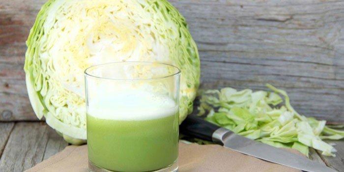 Белокочанная капуста и сок в стакане