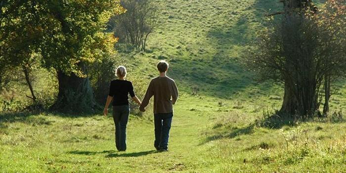 Мужчина и женщина гуляют на свежем воздухе