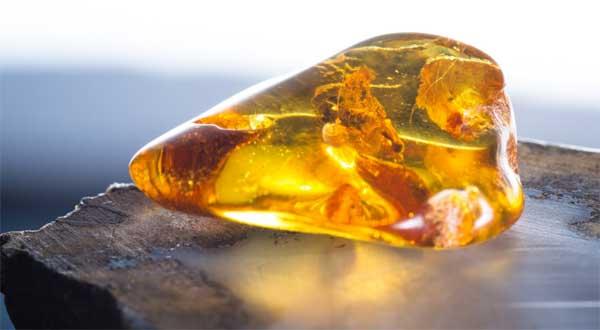 Камень медового цвета