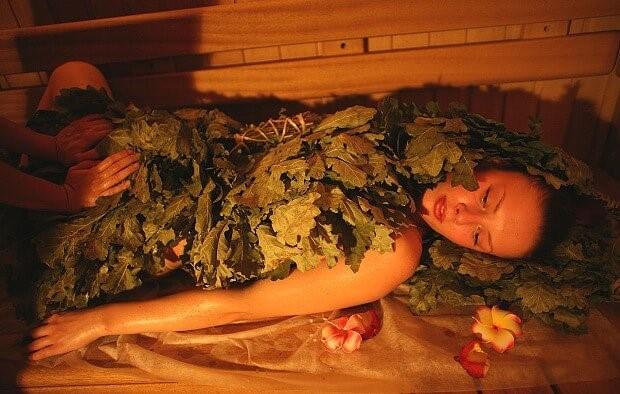 беременная женщина в сауне