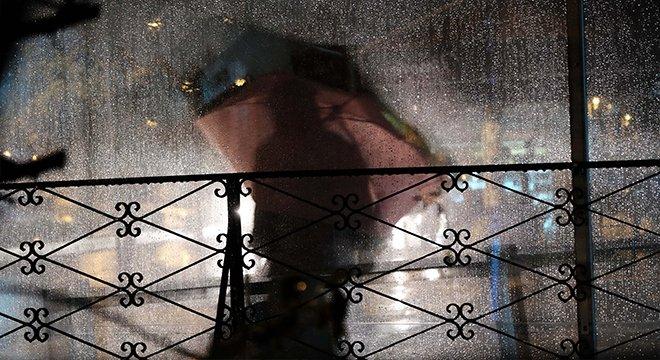 Дождь, человек с зонтиком на улице
