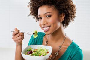 девушка с едой и улыбается