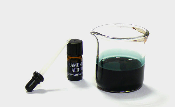 В большинстве случаев рациональнее приготовить отвар или настой ромашки, чем применять средство с эфирным маслом её.
