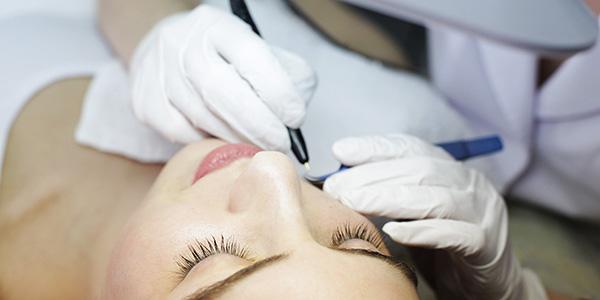 Как избавиться от нежелательных волос на теле навсегда: эффективные салонные методики и народные средства