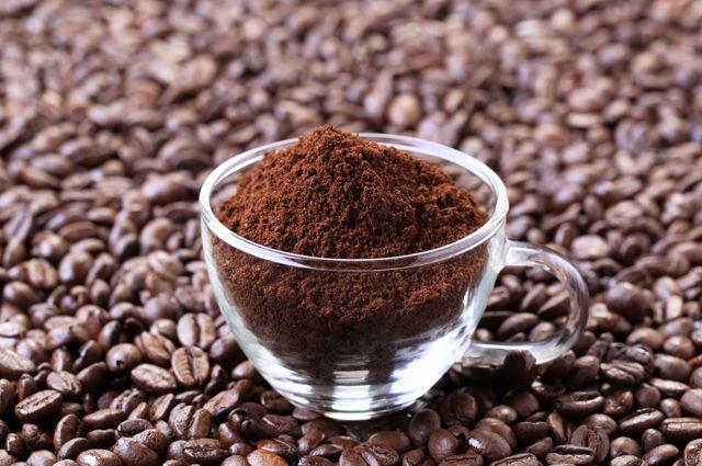 Измельчённые кофейные зёрна в прозрачной чашке