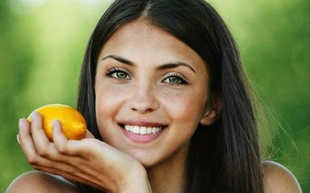 При склонности к образованию на коже веснушек рекомендуется стараться пополнять свой рацион продуктами с высоким содержанием витамина С: квашеной капустой, лимонами, апельсинами, черной смородиной