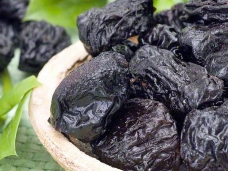 Много вкусного чернослива крупно