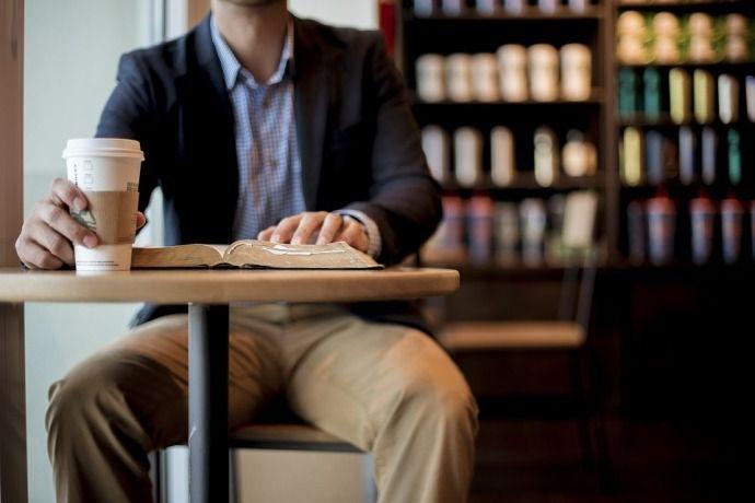 мужчина и кофе