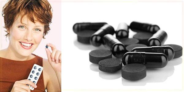 черные таблетки и девушка с блистером