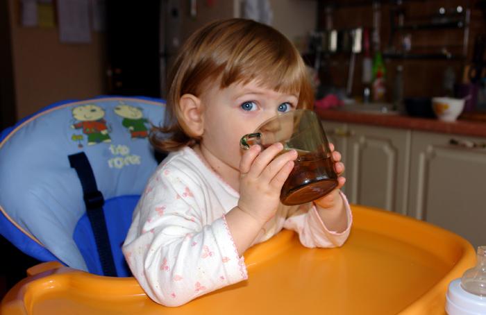 Ребенок пьет из стакана