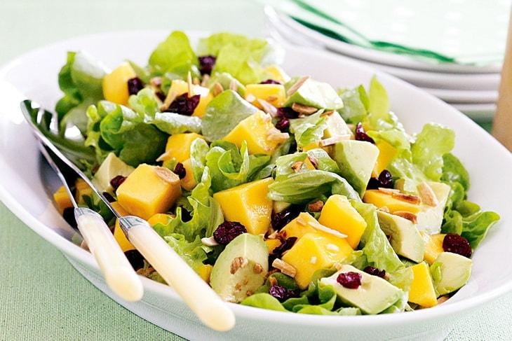 Салат из манго, авокадо и латука посевного