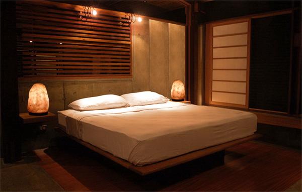 Солевая лампа рядом с кроватью