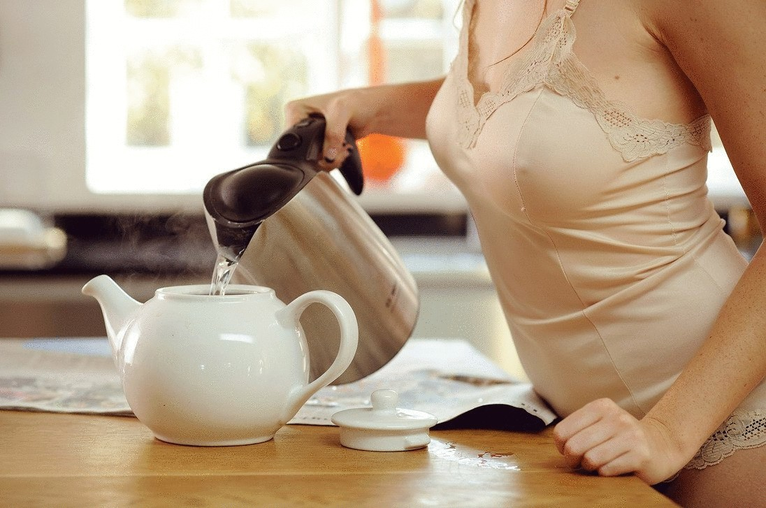 Женщина делает чай