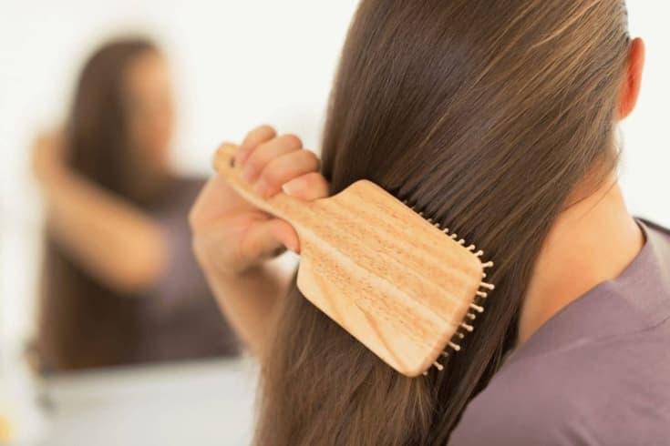 Расчесывание волос деревянной расческой