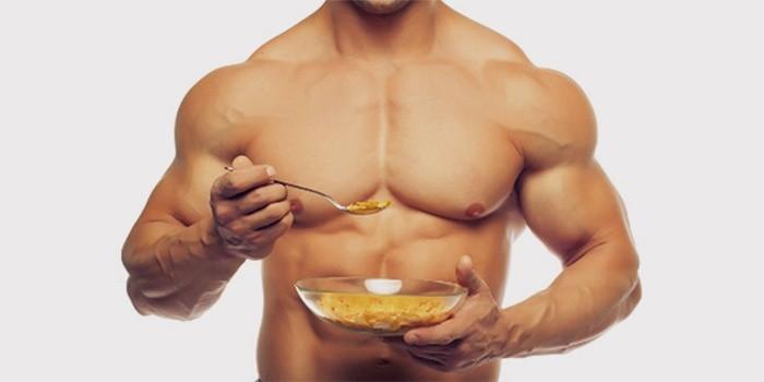 Мужчина ест овсянку для набора мышечной массы