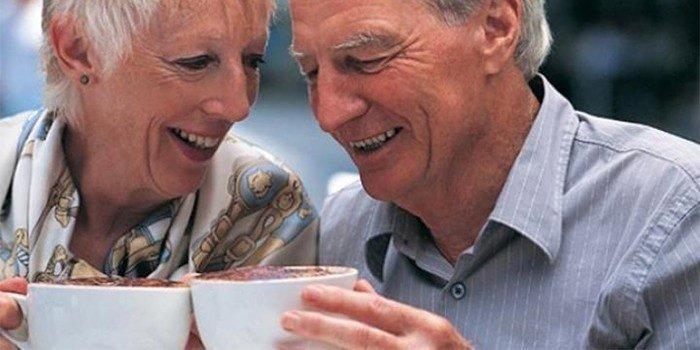 Пожилые люди пьют напиток