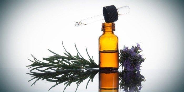 Эфирное масло розмарина во флаконе