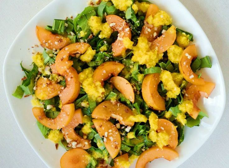 Салат с щавелем и мушмулой