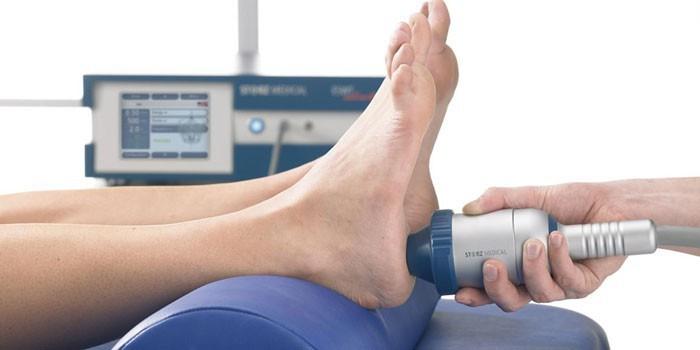 Пациентке проводят процедуру ударно-волновой терапии