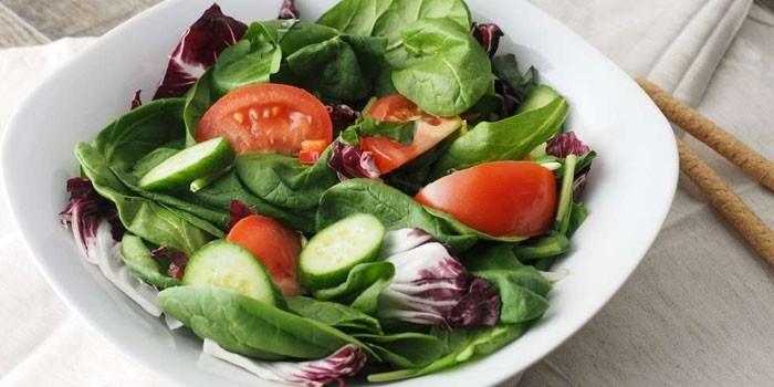 Овощной салат в тарелке