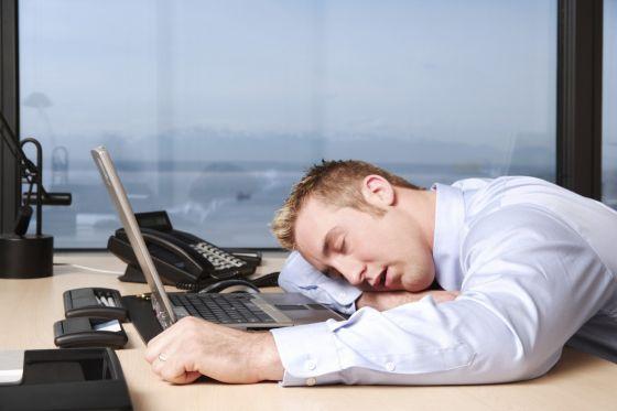 Хроническая усталость появляется из-за напряженной работы (www.7oclock.info)
