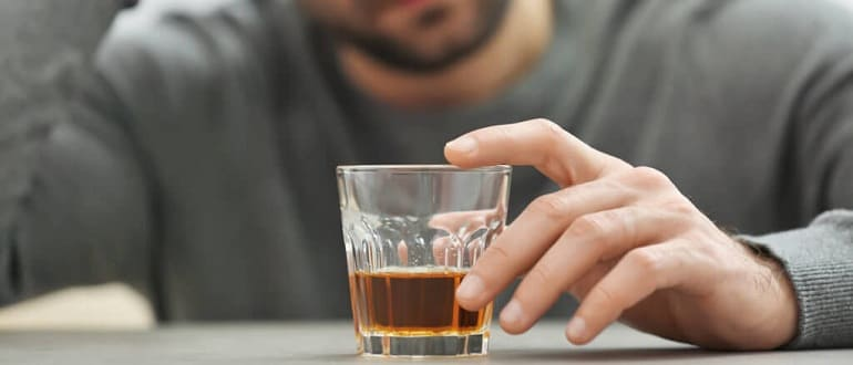 Мужчина и стакан