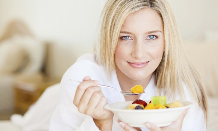 Девушка придерживается диеты для ускорения метаболизма