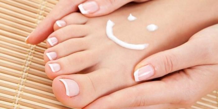 Здоровая кожа рук и ног девушки