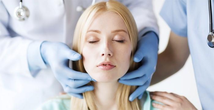 Врач осматривает горло пациентки