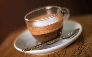 напиток какао в прозрачной стеклянной чашке