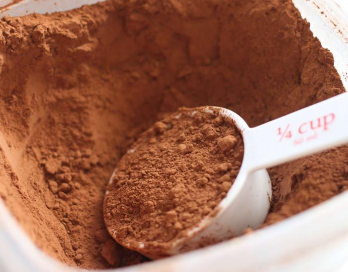 натуральный какао-порошок в миске
