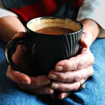 большая кружка какао в руках