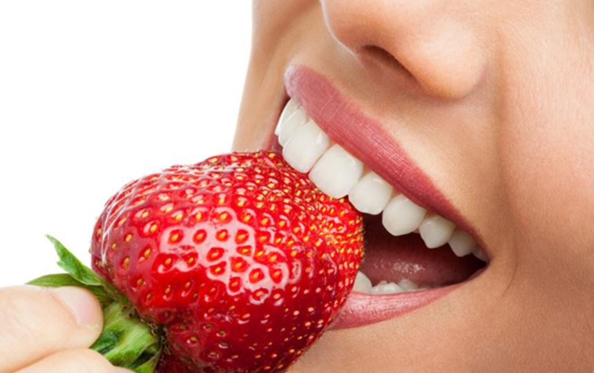 Клубника способствует отбеливанию зубной эмали