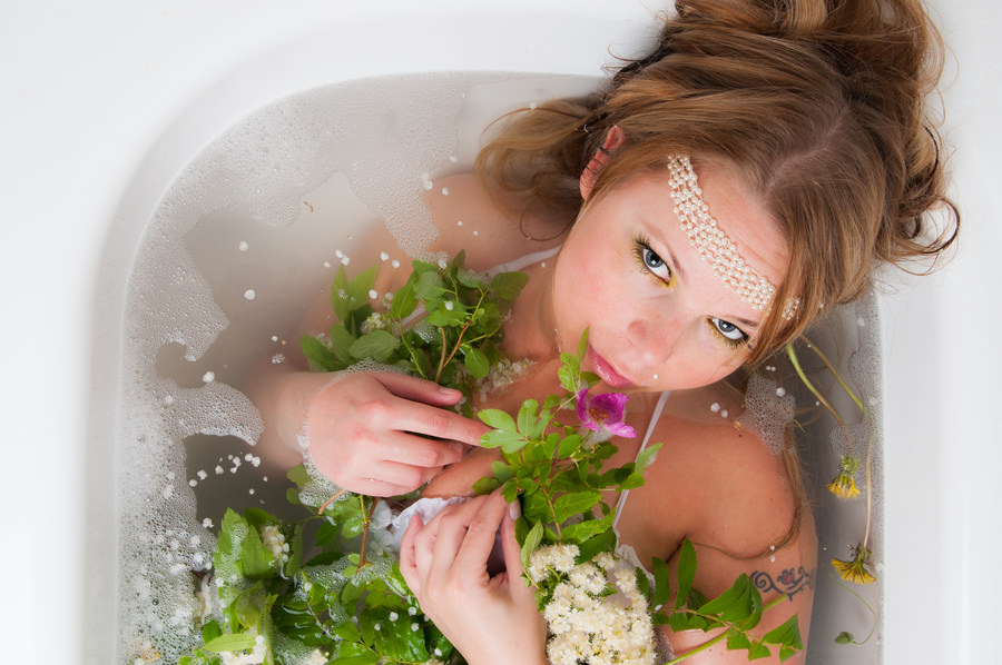 Девушка в ванне из трав