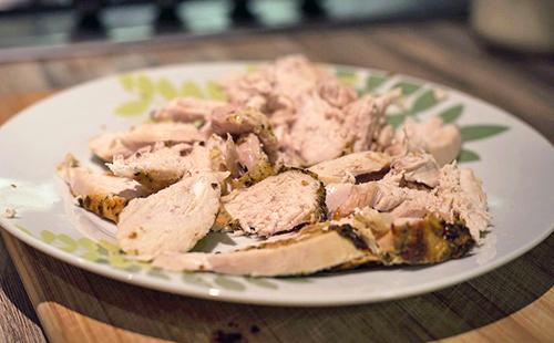 Отварная куриная грудка на тарелке