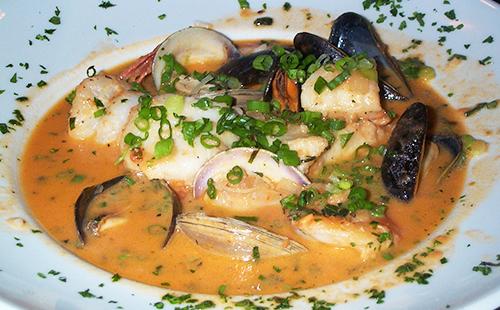 Суп из морепродуктов с зеленью