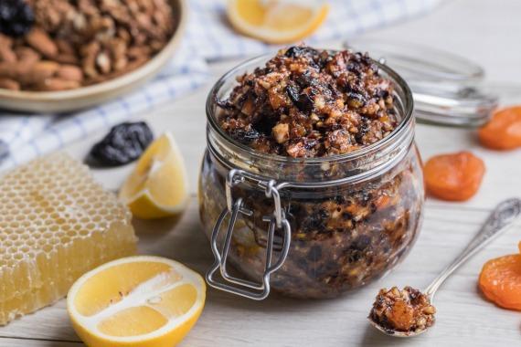 Витаминная смесь из грецких орехов и сухофруктов
