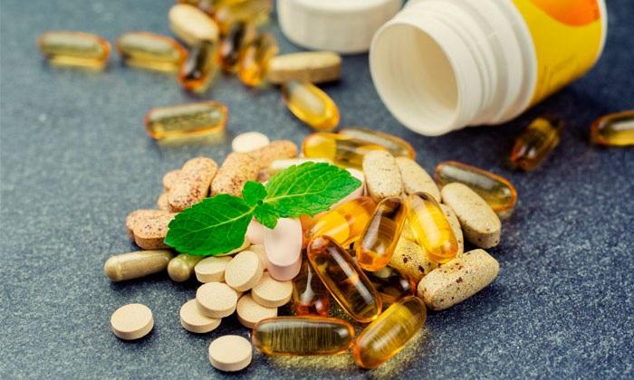Одновременный прием поливитаминных препаратов поддержит ваш организм, не даст ощутить упадок сил. Можно начинать пить витамины не сразу – понаблюдайте за собой и скорректируйте план диеты в случае необходимости. Помните, что поликомплексы подходят не всем – возможны аллергические реакции. Если у вас уже есть «свой» препарат, лучше не экспериментировать.