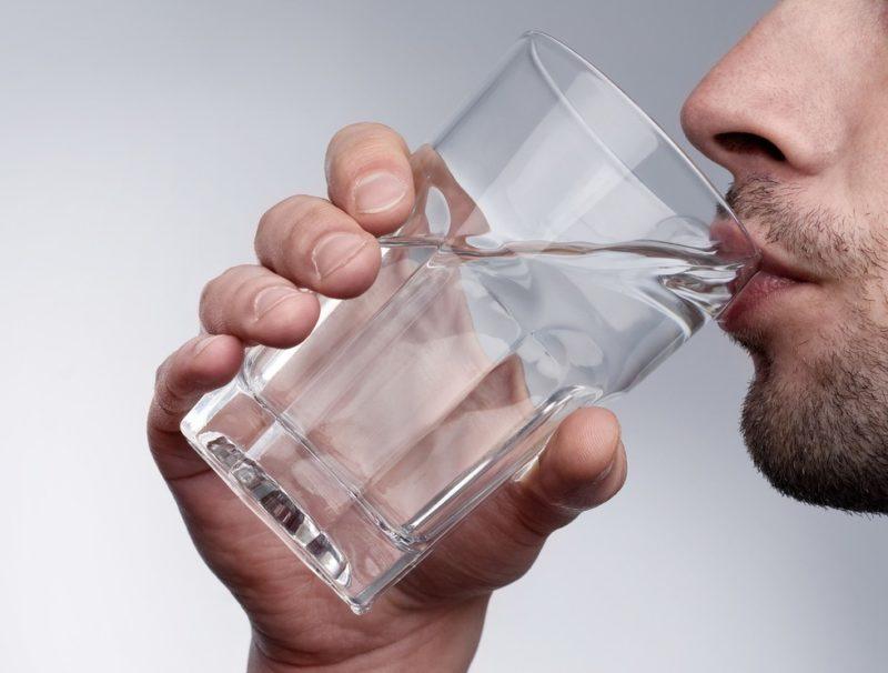 Воздержание от приема алкоголя с большим потреблением воды заглушают симптомы