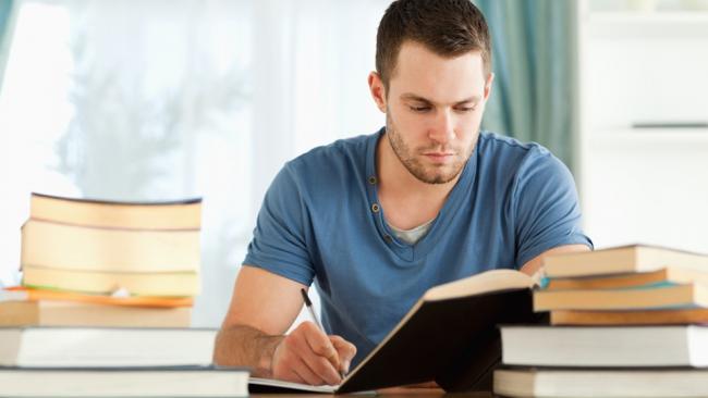 мужчина готовится к экзамену