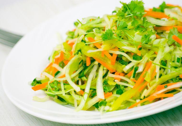 салат из капусты, огурцов и овощей