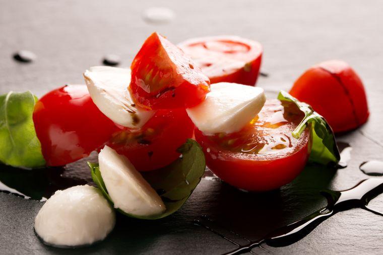 томаты и сыр