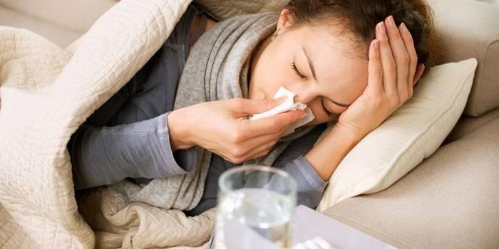 Девушка лежит в постели и болеет