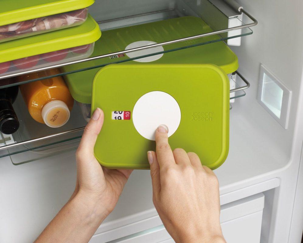 Использование специальных пластиковых контейнеров для хранения продуктов в холодильнике не смешает запахи