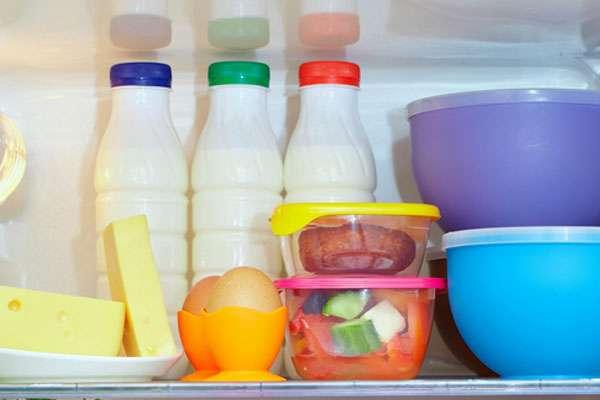 Не рекомендуется хранить в холодильники молоко и йогурты в пластиковых бутылках, лучше перелить в стеклянную посуду