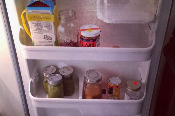 Важно располагать на дверце продукты, которые не упадут при открывании и не смогут испортиться из-за более высокой температуры