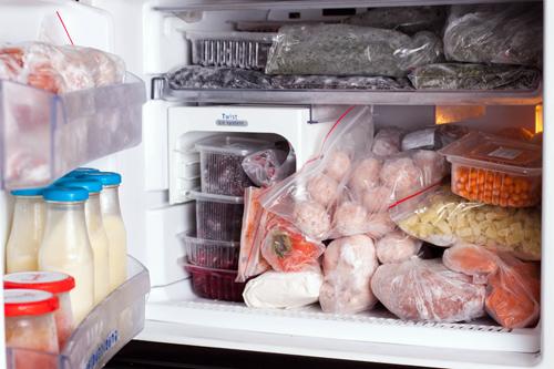 При хранении продуктов в морозильной камере важно помнить о необходимости индивидуальной упаковки