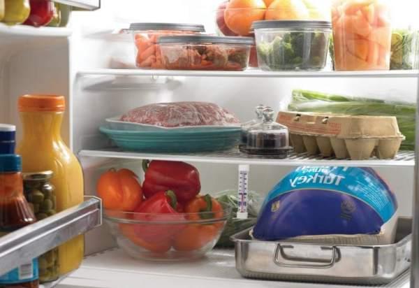 При размещении продуктов в холодильнике для хранения помните о правилах нежелательного соседства