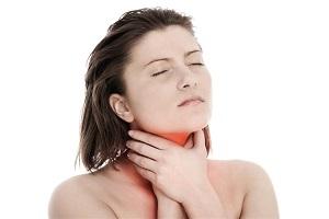 Боль в горле может быть и осложнением, и реакцией организма